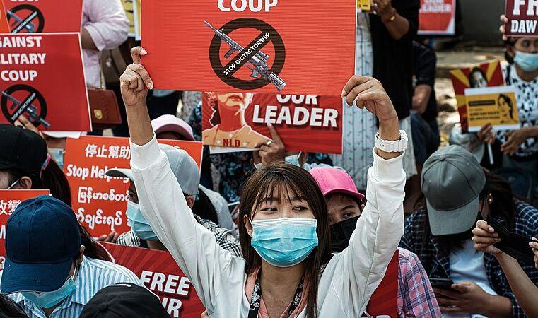 Tecelãs de Myanmar: exemplos de coragem na luta contra o golpe