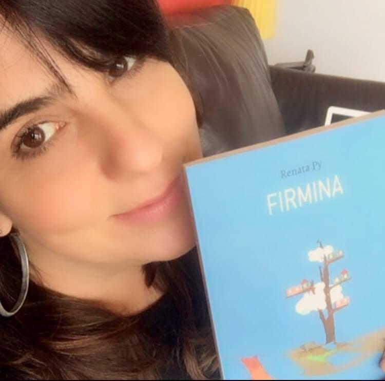 Rosto da escritora Renata Py com seu livro Firmina