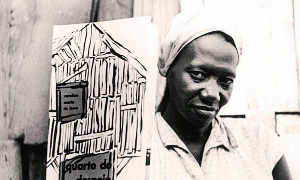 Rosto da escritora negra Carolina Maria, com lenço na cabeça