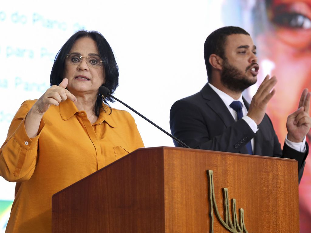 Ministra Damaris fala em pulpito