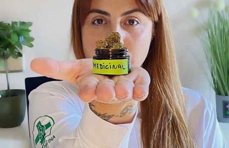 Mulher mostra frasco com cannabis como remédio - Linha Canábica