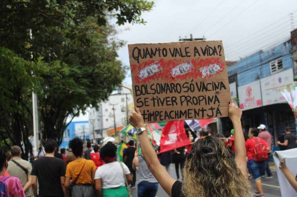 Mulher segura cartaz em manifestação contra Bolsonaro