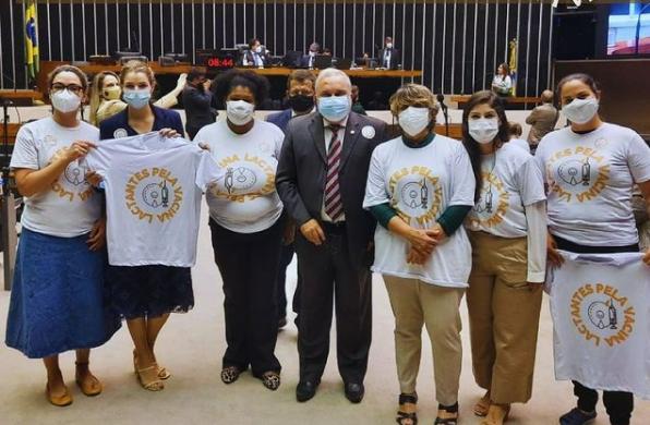 Mães do movimento Lactantes pela Vacina ao lado de parlamentares no plenário da Câmara Federal