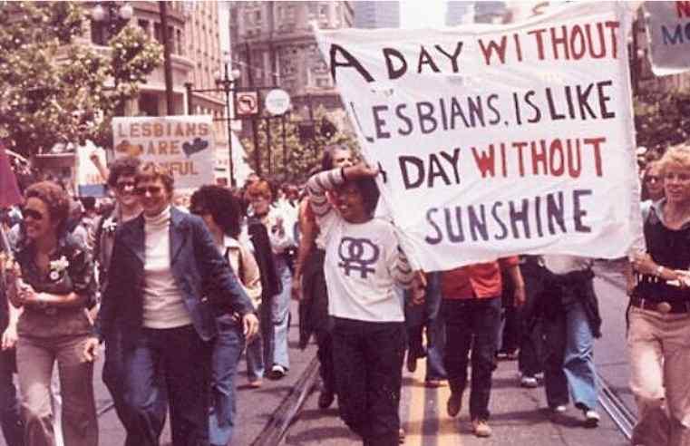 """""""Um dia sem lésbicas é um dia sem o brilho do sol"""". Imagem da Parada pela Liberdade Gay de San Francisco (EUA) em 1979."""