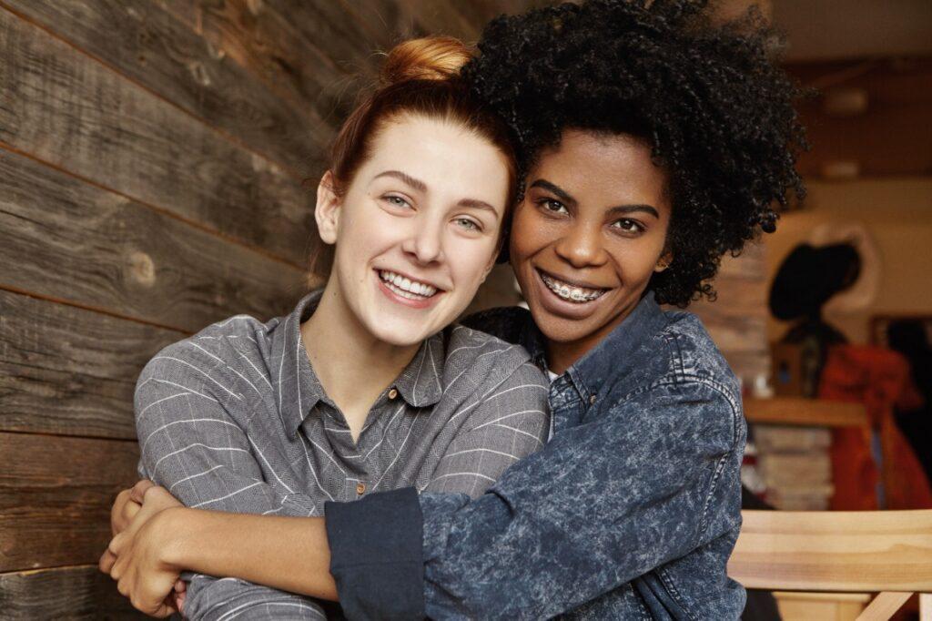 Visibilidade Lésbica: casal de mulheres lésbicas posam para foto.
